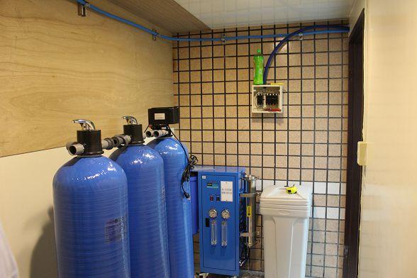 這麼專業的加水站設備不放在門口真是太可惜啦!