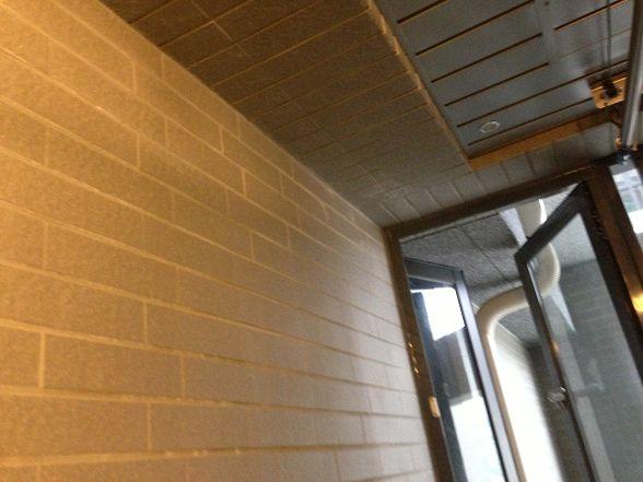 只要有水管幹管的地方~陽台一定會有個維修孔 (裝潢修改除外)