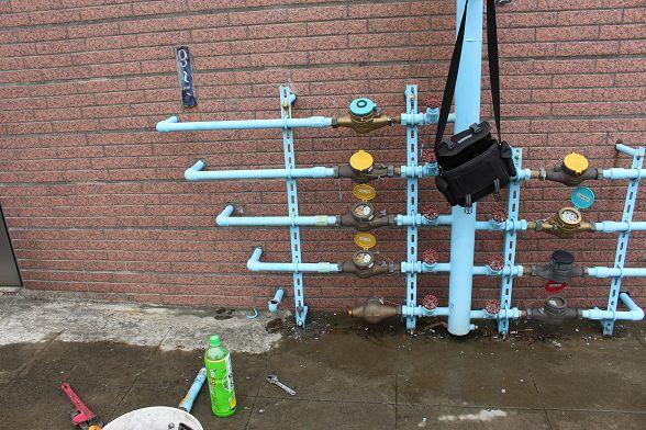 這種有年寄的管路拆卸時建議採用專業工具!不然很容易斷管或毀牙唷