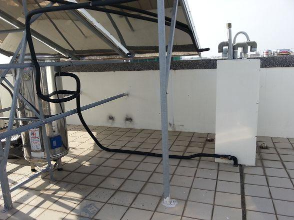 太陽能集熱板下方剛好可以安裝呢!