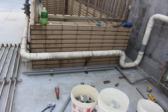 因為樓板有做防水處理~所以C型不銹鋼只做固定水管~不打壁虎螺絲