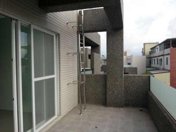 樓梯旁的缺口剛好可以安裝大金剛全戶式過濾器-全屋軟水
