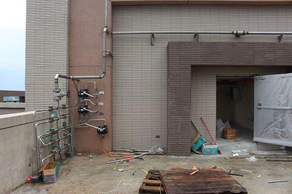 其實很擔心牆壁裡面有水管~畢竟露在外面的水管都裝的怪怪的