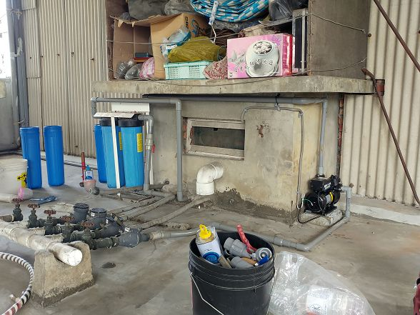 圖片右邊的全戶淨水器是網路上常見的款式~優點是便宜~但是缺點帶來的代價可能會讓消費者虧錢